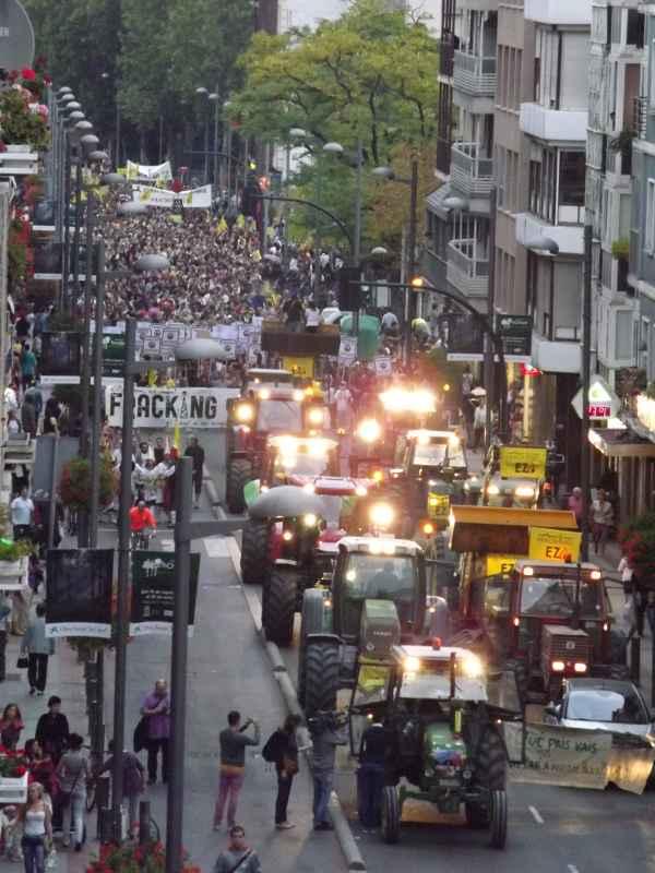 cabeza de la manifestacion precedida por numerosos tractores