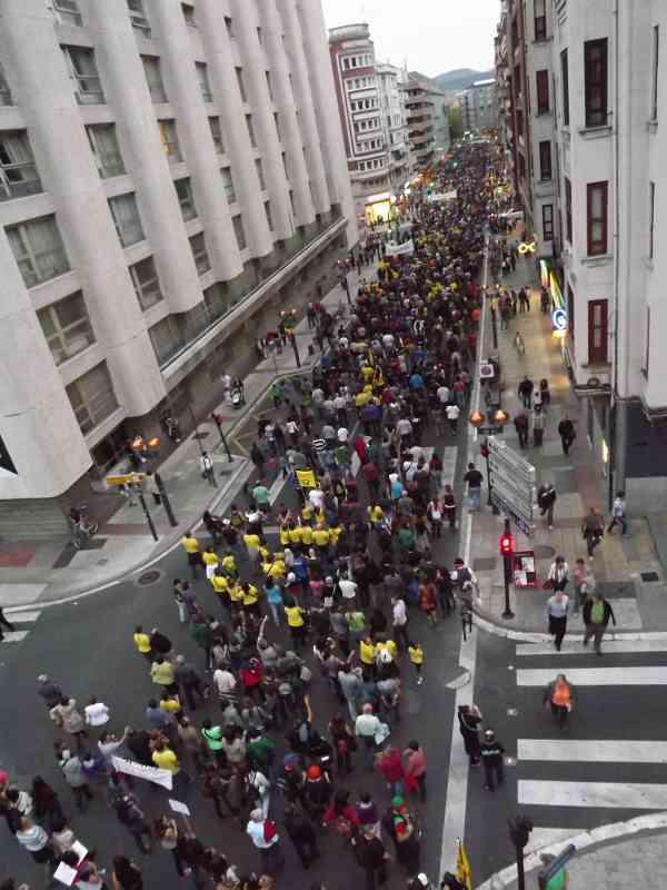 Una parte de la manifestacion a su paso por calle la Paz